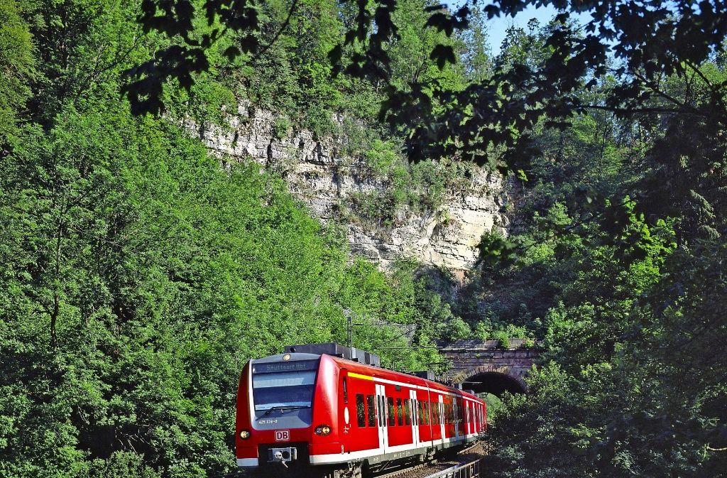 Landschaftlich schön, aber eine Bummelstrecke: die Gäubahn Foto: DB AG/Georg Wagner