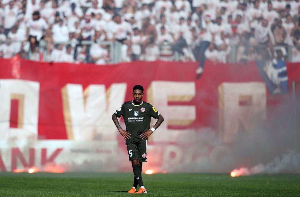 Von Seiten des Mainzer-Blocks wurde nahezu während der gesamten Begegnung immer wieder Pyrotechnik abgebrannt. Foto: Bongarts/Getty Images