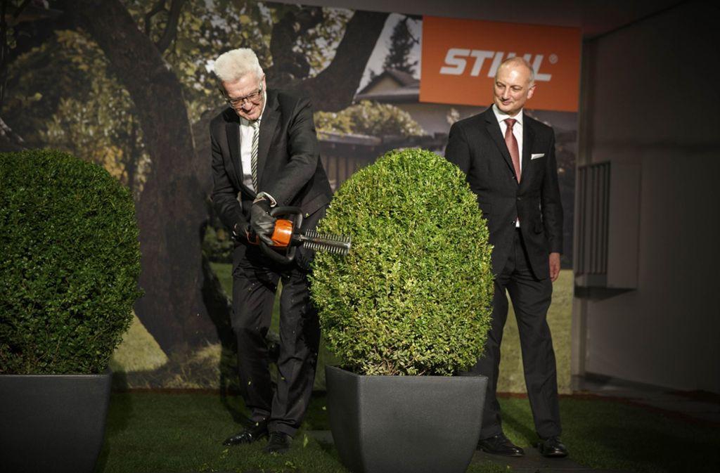 Auch nach der Erweiterung des Entwicklungszentrums – hier Ministerpräsident Winfried Kretschmann und Nikolas Stihl –  wird es  am Stammsitz des Unternehmens noch weitere Einweihungen geben. Foto: Gottfried Stoppel