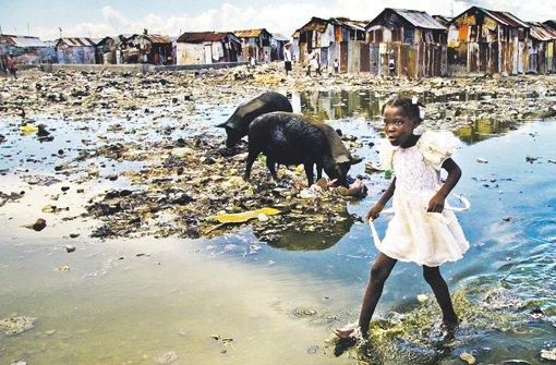 Armut, Gestank, Schmutz: Ein junges Mädchen läuft durch Cité Soleil, den größten Slum der haitianischen Hauptstadt Port-au-Prince. Foto: DPA