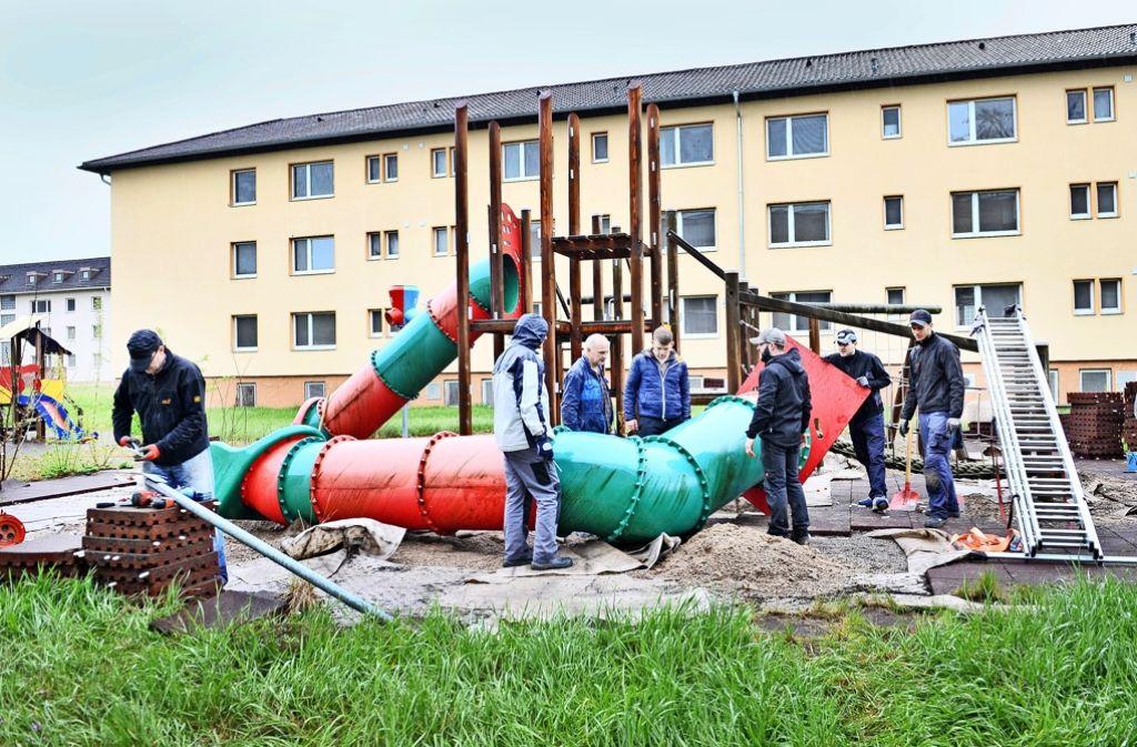 Bei der Demontage des früheren Spielplatzes der Soldatenkinder packen alle an. Die Spielgeräte bekommen neue Nutzer. Foto: Alfred Gerold