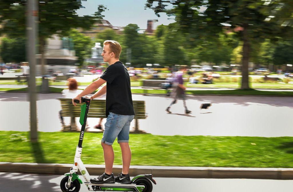 Zügig über den Schlossplatz: ein E-Roller-Fahrer in Stuttgart Foto: Lichtgut