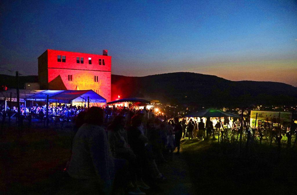Feuerrot ist die Ruine angestrahlt. Blaue Blinklichter leuchten auf Foto: Patricia Sigerist