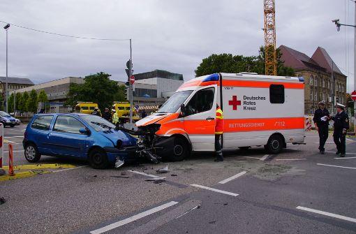 Twingo knallt mit Rettungswagen zusammen