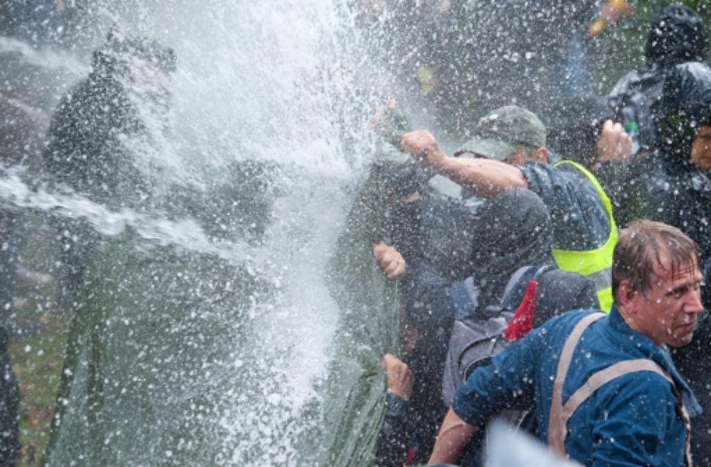 Mit Wasserwerfern ging die Polizei gegen S-21-Gegner vor. Foto: dpa
