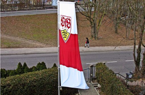 Ein bekennender VfB-Fan zeigt Flagge