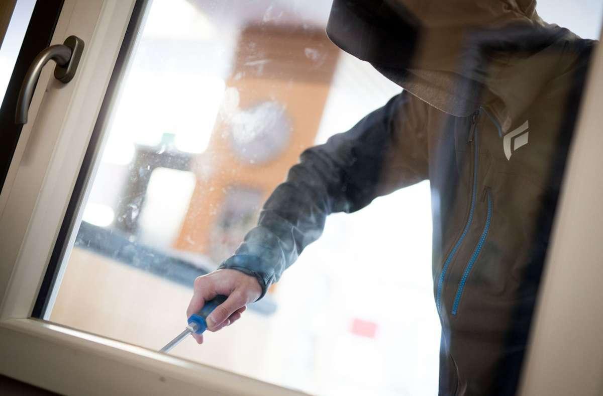 Der Täter hebelte die Glastür des Kiosks aus. Foto: dpa/Frank Rumpenhorst