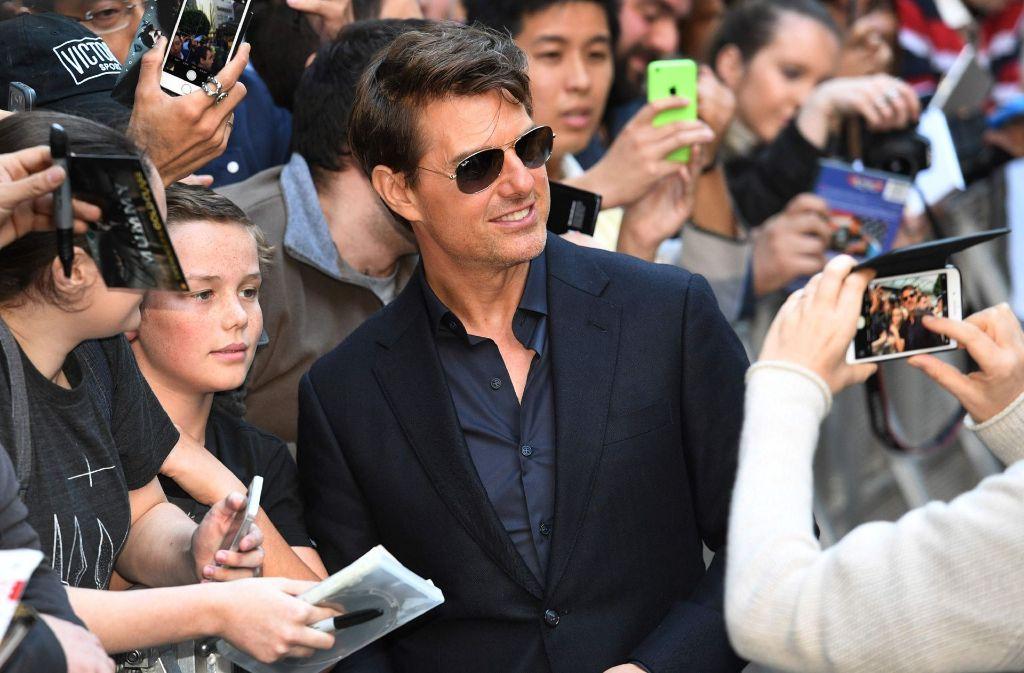 Hauptdarsteller Tom Cruise lässt sich bei der Premiere mit Fans fotografieren. Foto: AFP