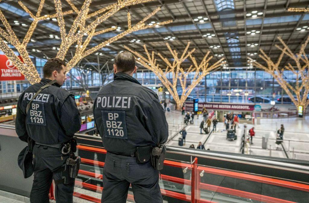 Die Polizeipräsenz am Stuttgarter Flughafen bleibt erhöht, es hat offenbar mehr Ausspähversuche gegeben, als zunächst angenommen. Foto: SDMG