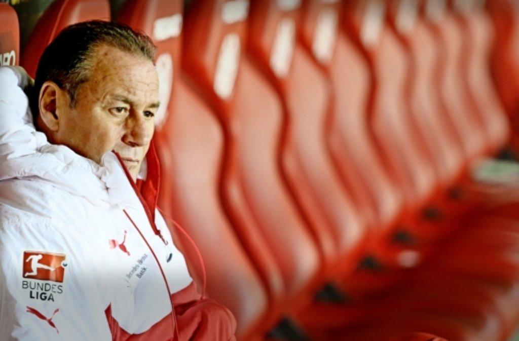 Beim VfB-Trainer Huub Stevens kreisen die Gedanken um seine Anfangself gegen Gladbach – und wen er auf die Bank setzt. Foto: Baumann