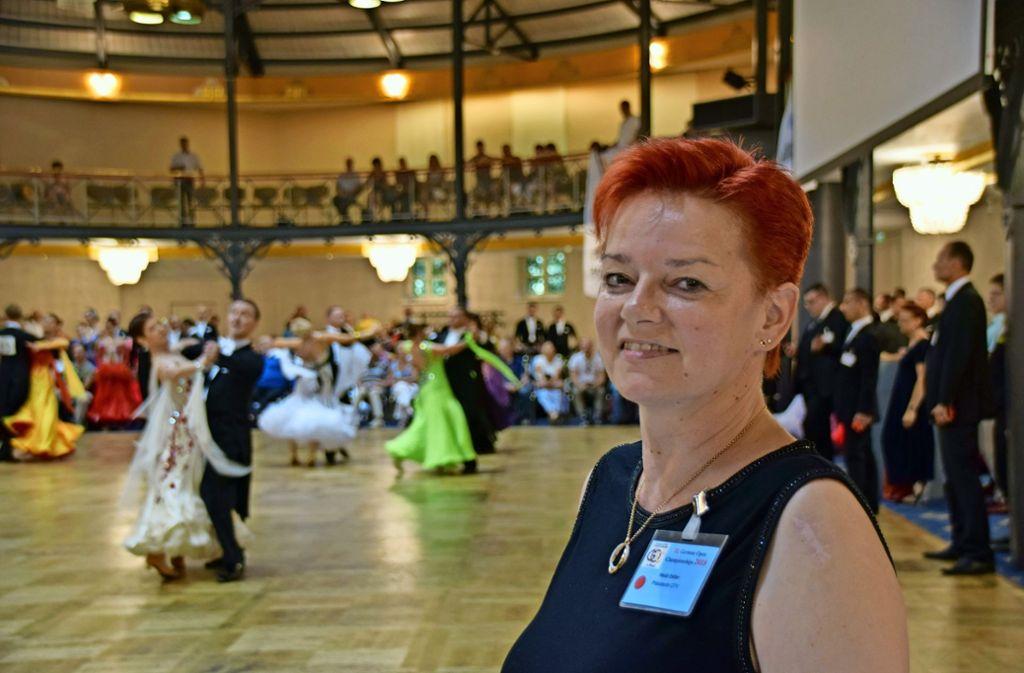 Heidi Estlerist begeistert vom Zusammenspiel  aus Eleganz und Hochleistungssport, das die Tänzer auf das Parkett bringen. Foto: Nicole Lemberg