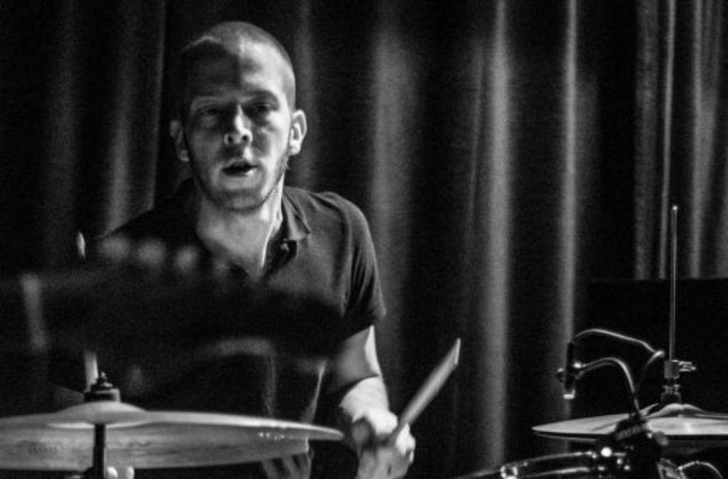 Ein Leben in Schwarzweiß: Paul Schwarz hinterm Schlagzeug von Human Abfall. Foto: Isabel Thalhäuser/Fragmente