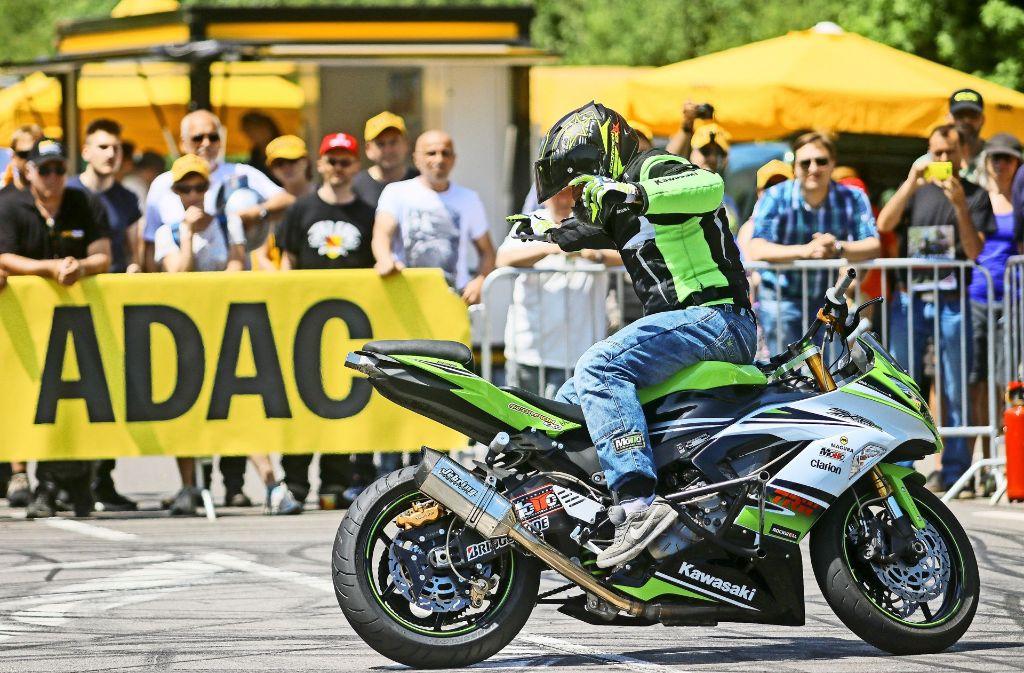 Dominic Csauth und Chris Rid zeigten,  was sich mit Motorrädern abseits öffentlicher Straßen  alles anstellen lässt. Foto: factum/Granville