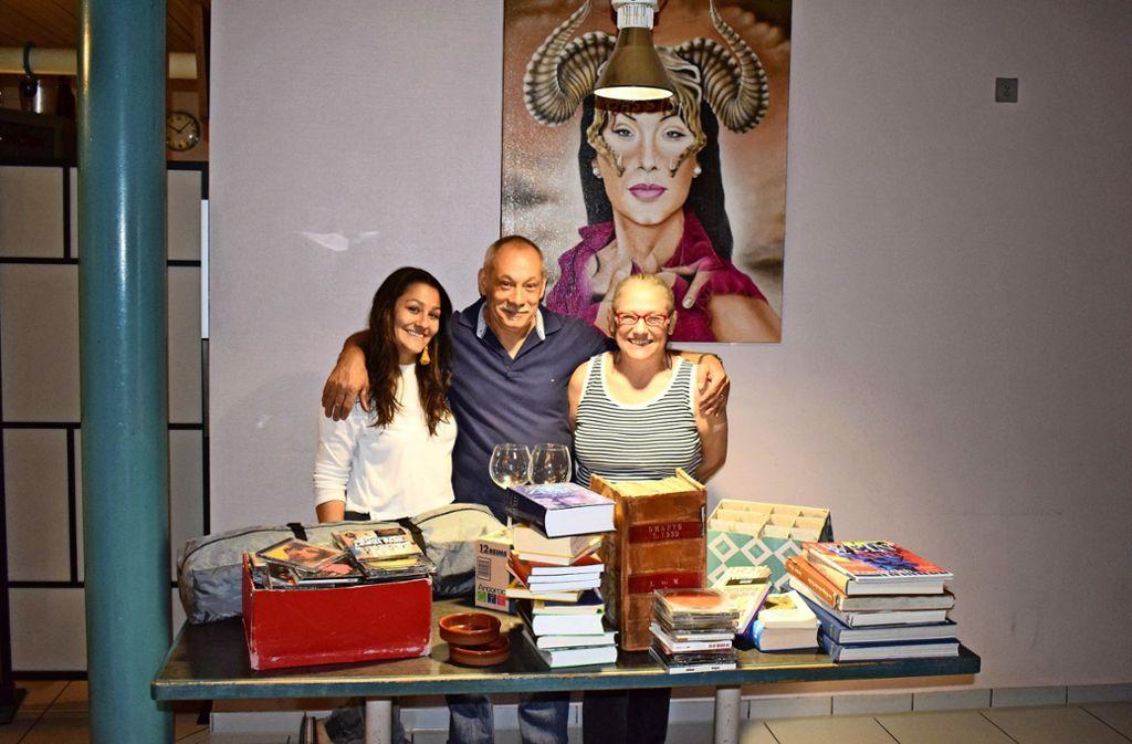 Giuseppa Spatola (links) mit ihren Eltern beim Flohmarkt im  Gastraum des Ristorante Proiectum auf der Waldau. Foto: Patrick Steinle