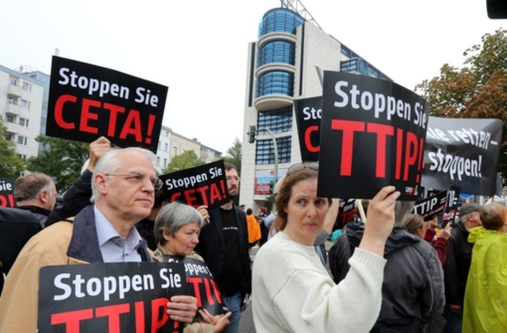 Die neue EU-Kommission kommt den TTIP-Gegner entgegen. Foto: dpa