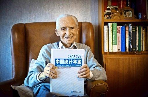Ist mit fast 100 Jahren noch sehr agil und   fit: Derzeit wertet Theodor Bergmann Chinas Statistisches Jahrbuch für  ein eigenes Buchprojekt aus. Foto: Lichtgut/Achim Zweygarth