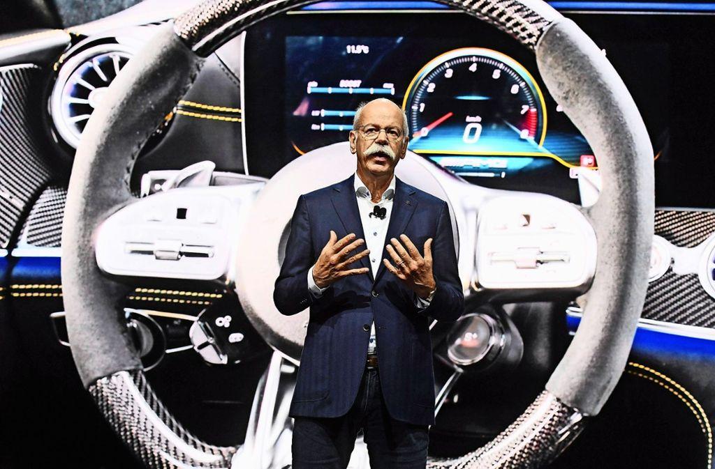Daimler-Chef Dieter Zetsche präsentiert auf dem Genfer Autosalon das viertürige Modell Mercedes-AMG GT Coupé. Foto: dpa