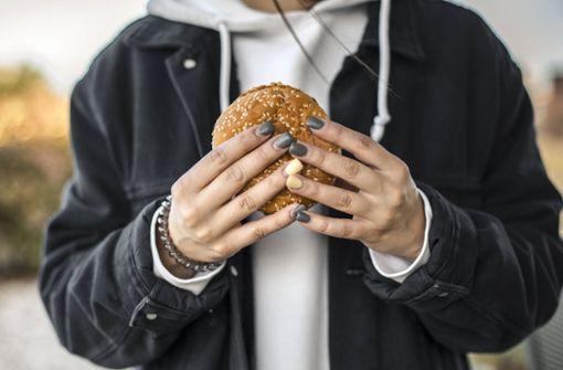So viel Fastfood konsumieren Jugendliche am Tag