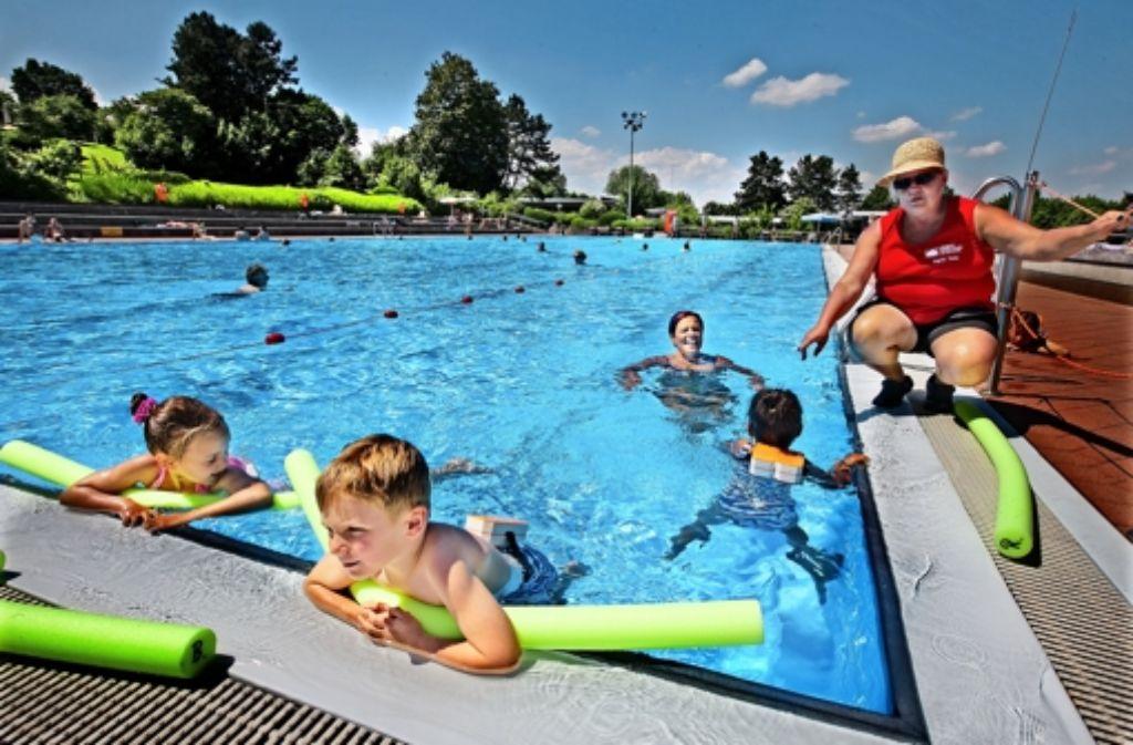 Diese Kinder kommen ohne Probleme ins Becken. Für gebrechlichere Gäste hat das Wendlinger Freibad an einigen Ecken um- und nachgerüstet. Foto: Horst Rudel