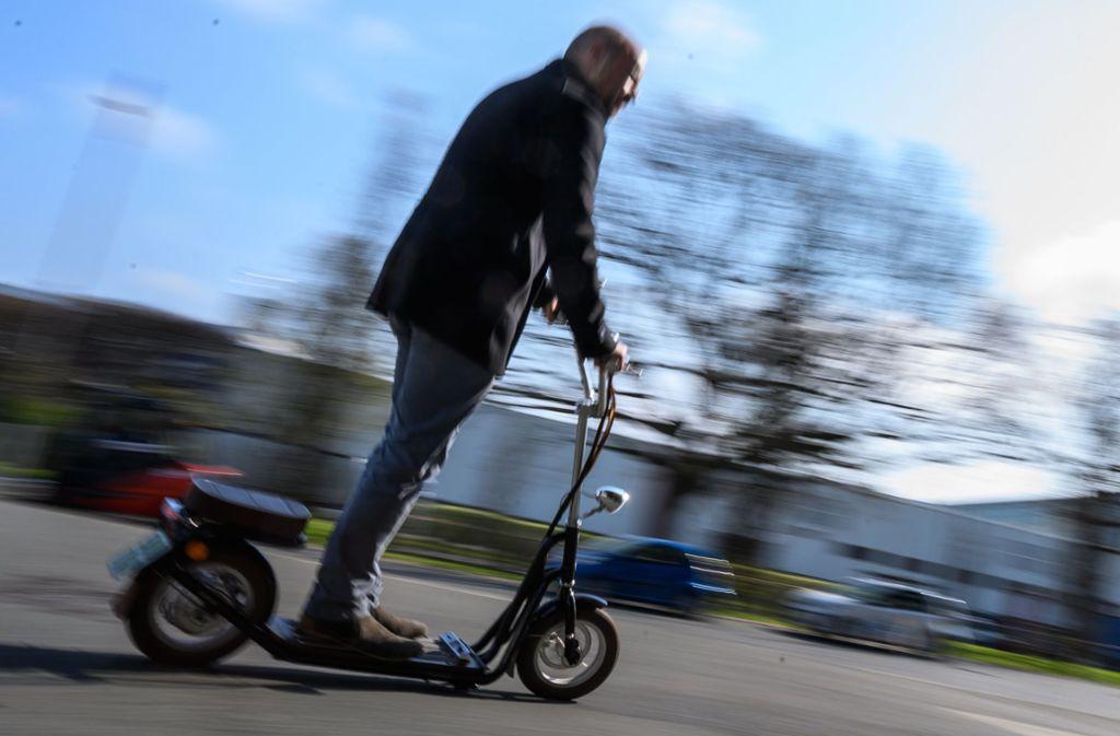 Ein Mann fährt in Hannover auf einem Elektrotretroller des Herstellers Kumpan-electric. Foto: dpa