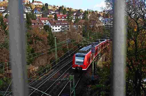 Beim Eckartshaldenweg, am Westbahnhof und im Bereich der Herderstraße im Westen könnten nach Ansicht von SSB-Vorstand Arnold künftig einmal Züge halten Foto: Achim Zweygarth