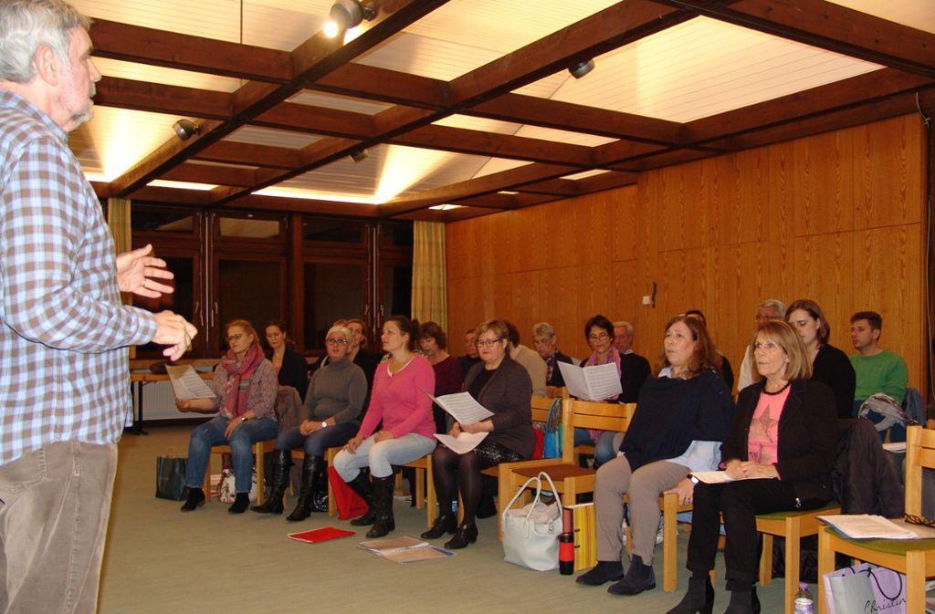 Manfred Onnen und die Mitglieder des Onnen-Chors proben Stücke aus vielen Ländern. Foto: Friedl