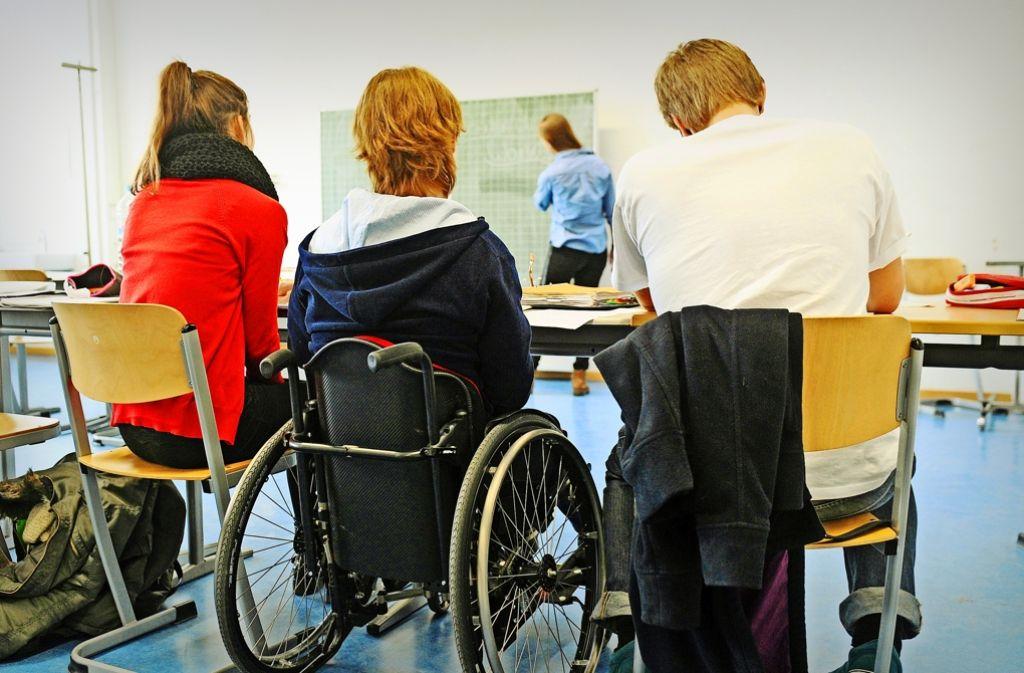 Behinderte und nicht behinderte Kinder sollen möglichst gemeinsam lernen. Doch viele Lehrer sehen sich durch diese Aufgabe überfordert. Foto: dpa