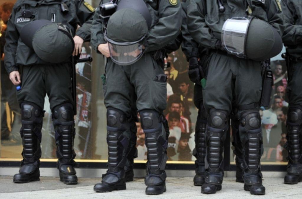 Eine Kennzeichnungspflicht für Polizisten ist für die Grünen nicht vom Tisch. Hier Bereitschaftspolizisten auf Patrouille. Foto: dpa