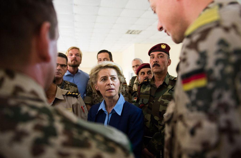 Ursula von der Leyen – hier bei einem Irak-Besuch –  plant einen Umbau der Truppe. Foto: dpa