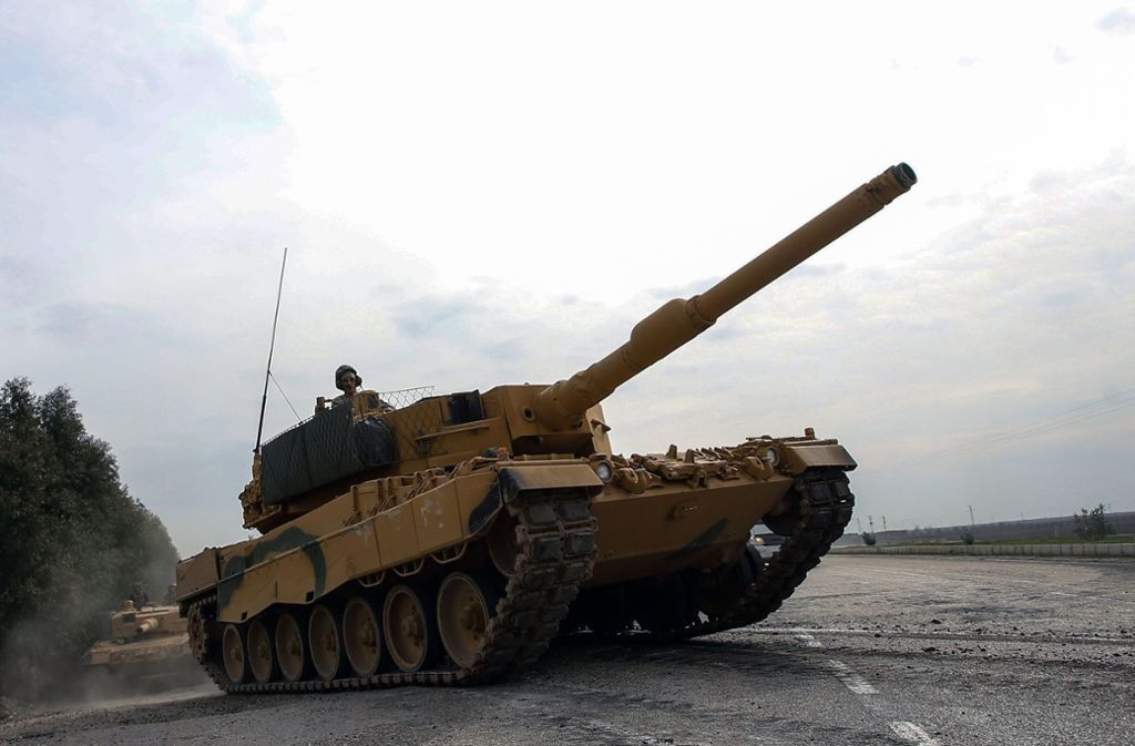 Ein Panzer des Typs Leopard 2A4 der türkischen Armee auf dem Weg Richtung syrische Grenze Foto: dpa