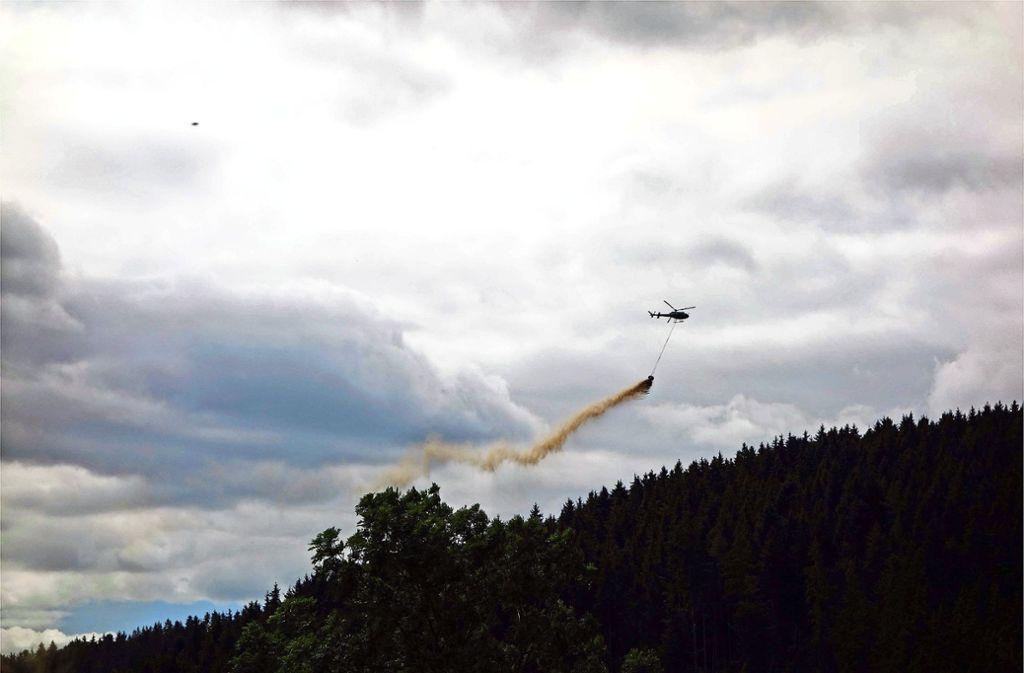 Wie hier der Schwarzwald, wird jetzt auch der Schurwald  großflächig aus der Luft  gekalkt. Foto: Landkreis Esslingen