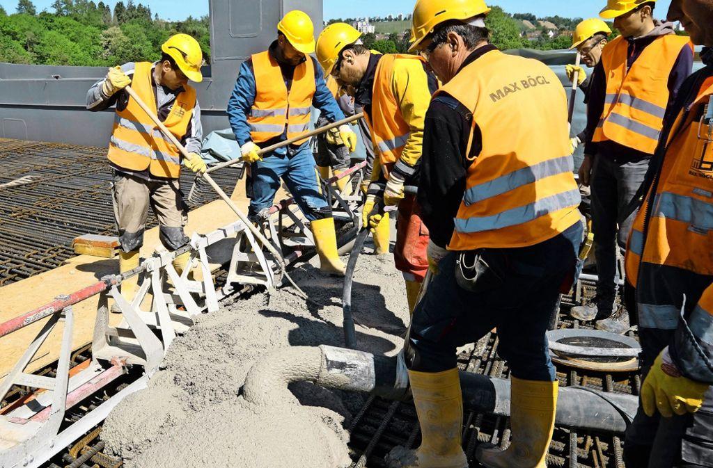 Für die Bahnbrücke über den Neckar läuft die Betonage. Foto: Lichtgut/Michael Latz