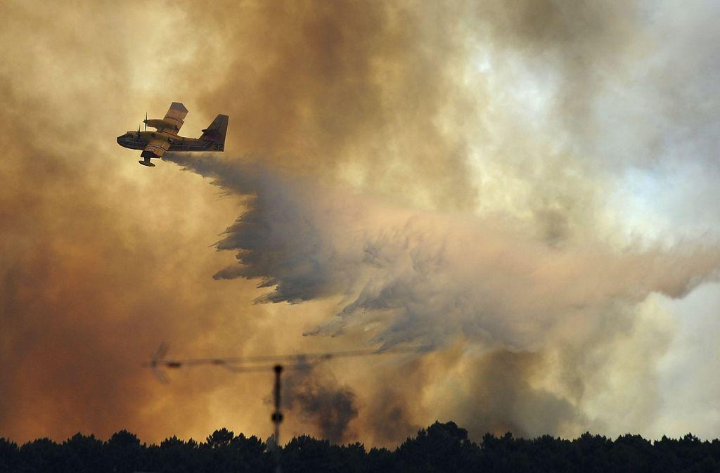 Beim Löschen der Waldbrände in Portugal ist ein Flugzeug abgestürzt. Foto: AP