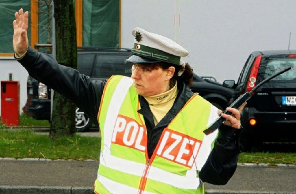 Ehrenamtliche in Polizeiuniform werden auch bei der Verkehrsregelung eingesetzt, wie hier die Polizeifreiwillige Claudia beim Fußball Bundesligaspiel VfB Stuttgart gegen Alemannia Aachen. Foto: dpa