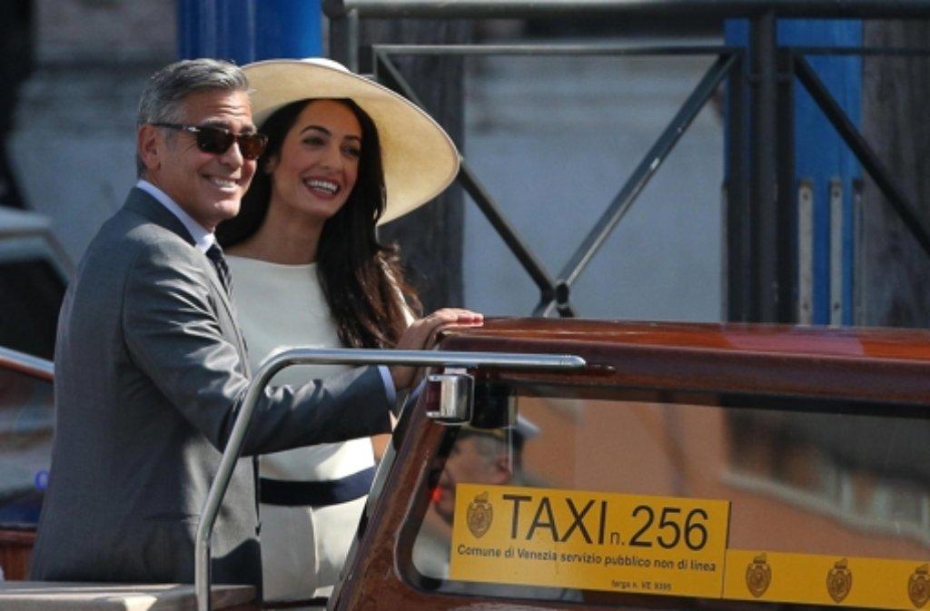 George Clooney und Amal Alamuddin nach ihrer standesamtlichen Hochzeit am Montagnachmittag. Die Fotorechte an den Bildern der Trauung vom Samstag sicherten sich die Magazine Hello! und People. Foto: dpa