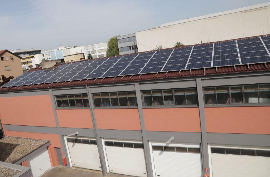 Die neuen Solarmodule auf dem Dach des  Fellbacher Bauhofs. Foto: Patricia Sigerist