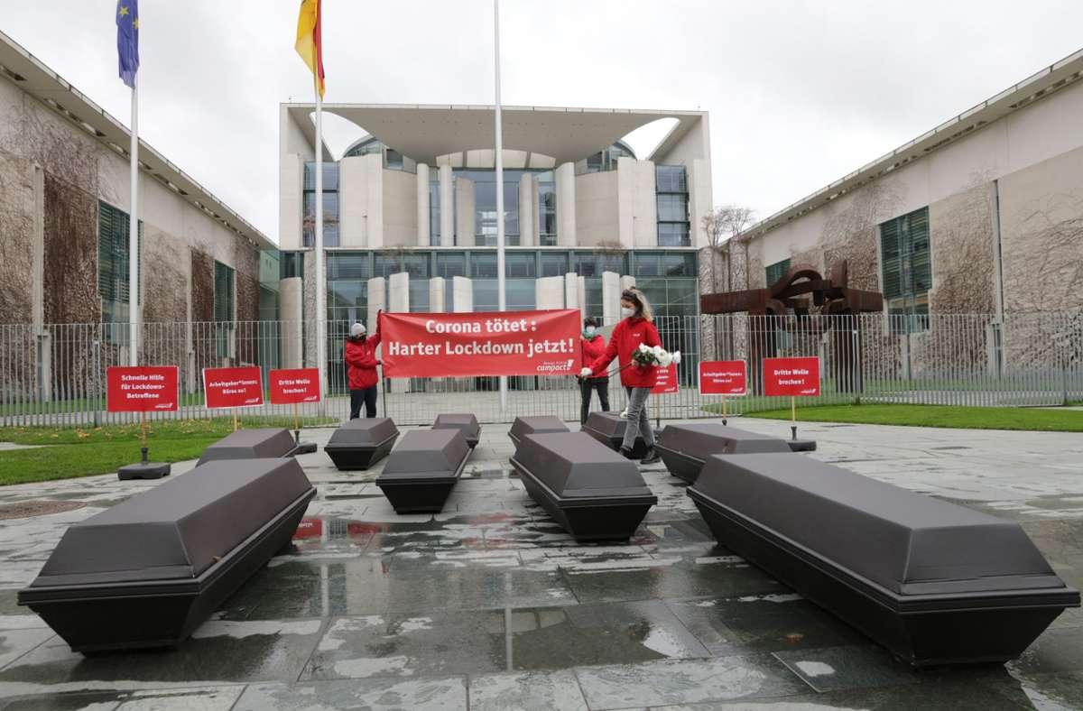 Vor dem Kanzleramt hat die Organisation Campact für einen harten Lockdown protestiert. Foto: epd/Frank Senftleben
