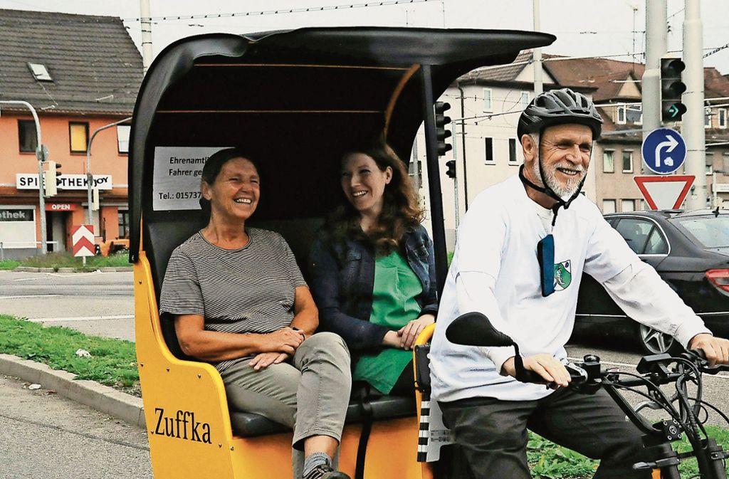 Bundestagsabgeordnete Anna Christmann (2.v.l.) hat sich von Akteuren des Bürgervereins den Zuffka-Service erklären lassen und war von der Probefahrt sehr angetan. Foto: