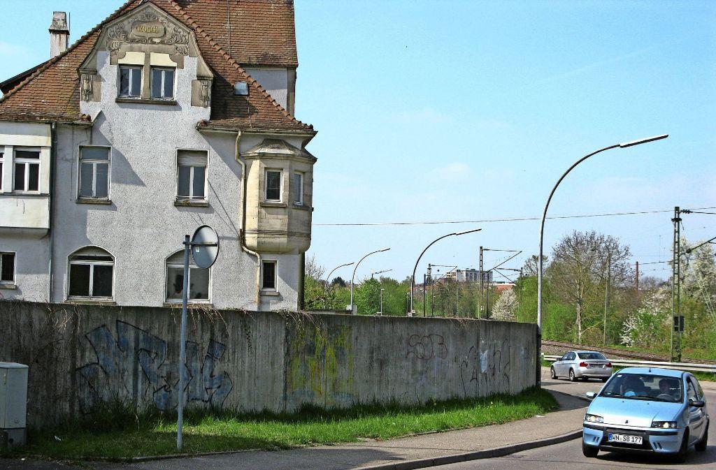 Der Sichtwinkel an der scharfen Kurve der Waiblinger Straße beim Bahnhof in Rommelshausen soll sich durch den Abriss der Mauer und der Fabrikantenvilla deutlich verbessern. Foto: Hans-Dieter Wolz