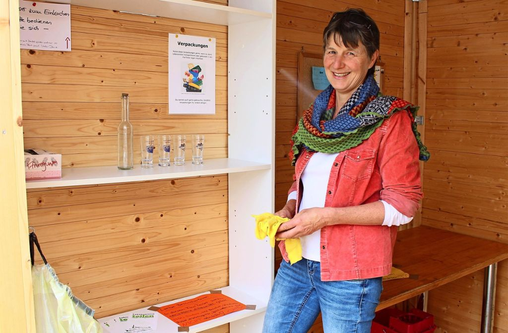 Zweimal am Tag putzen Ehrenamtliche wie die Riedenbergerin Annette Jickeli den Fair-Teiler - und entfernen dann Hausrat wie die Ouzo-Gläser. Foto: Caroline Holowiecki