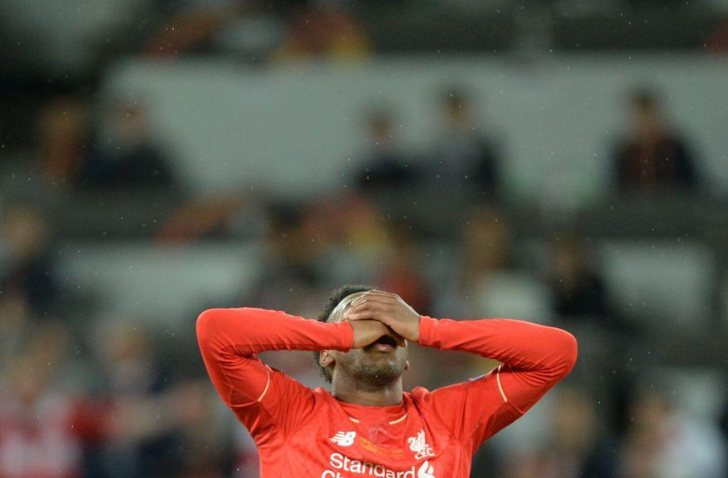 FC Liverpools Daniel Sturridge verzweifelt auf dem Fußballplatz: Jürgen Klopps Verein scheitert im Europa-League-Finale an Sevilla Foto: dpa