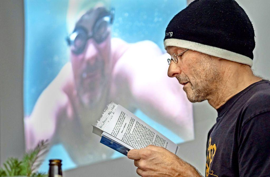 """Martin Tschepe  liest aus seinem Buch """"Im Element"""". Etwa über die 15 kältesten Minuten seines Lebens –  bei 2,3 Grad bei  den Eisschwimm-Weltmeisterschaften. Foto: factum/Weise"""
