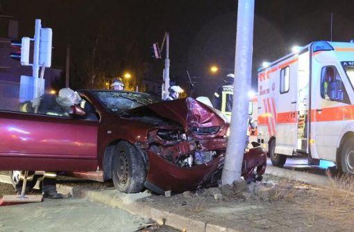 Cabrio-Fahrer rammt Laternenmast