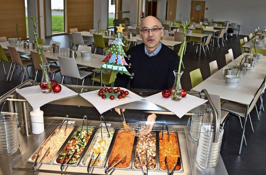 Andreas Passauer, der Leiter der Luginslandschule, freut sich über die neue, helle  Mensa für die Ganztagesbetreuung. Foto: