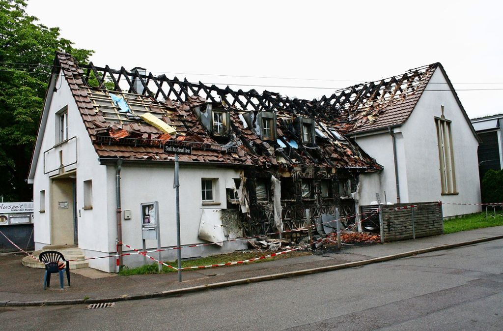 Das Vereinsheim ist stark beschädigt. Die Polizei vermutet Brandstiftung. Foto: Chris Lederer