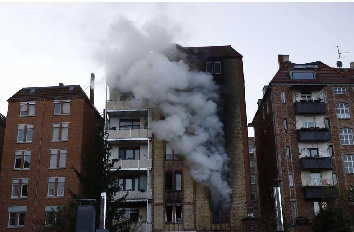 Rauchwolken über Stuttgart: In der Liststraße brennt ein mehrgeschossiges Wohnhaus. Foto: 7aktuell.de/Simon Adomat