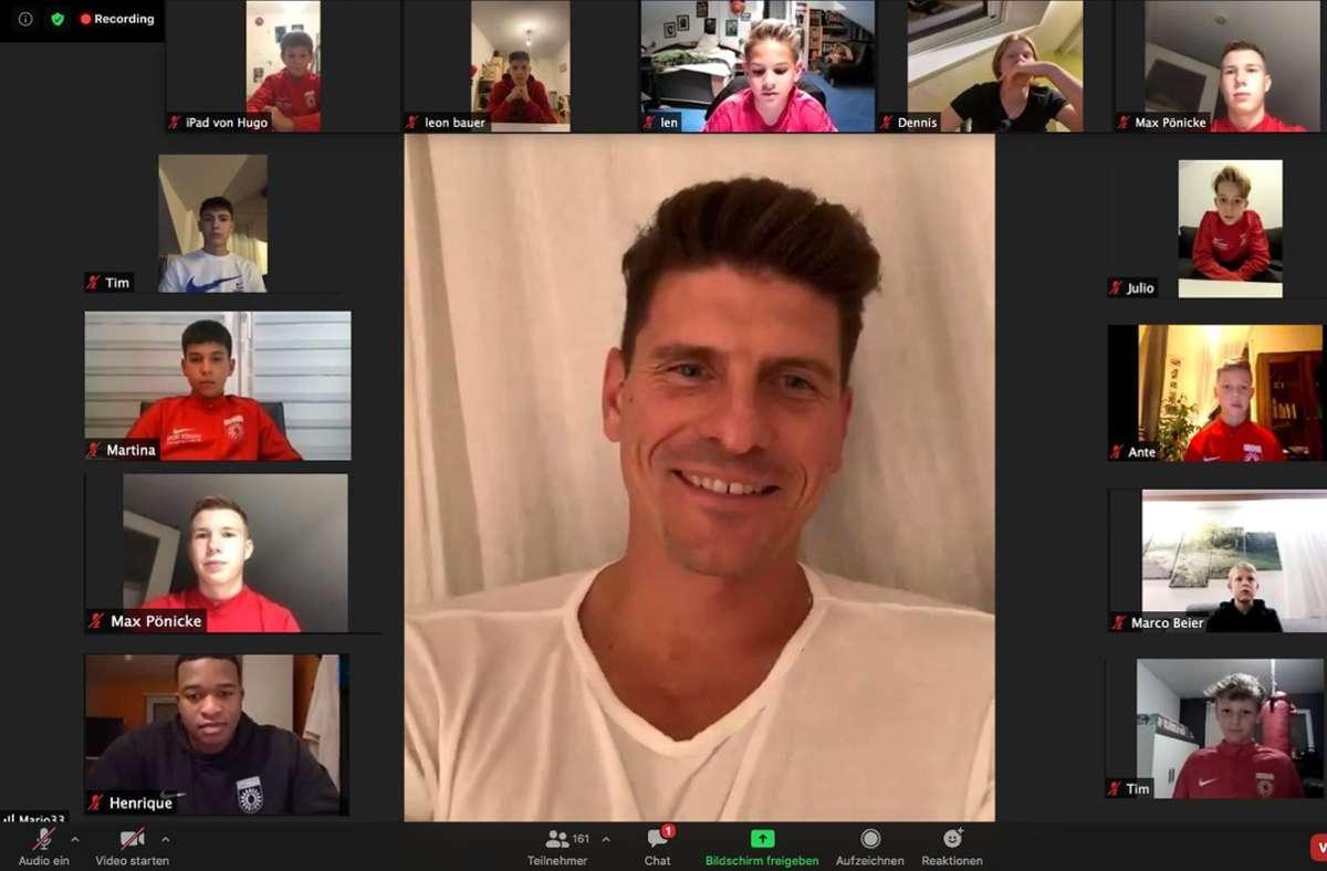 Mario Gomez in der Videoschalte mit rund 200 Jugendspielern, -Trainern und Betreuern der SG Sonnenhof Großaspach. Foto: SG Sonnenhof Großaspach/privat