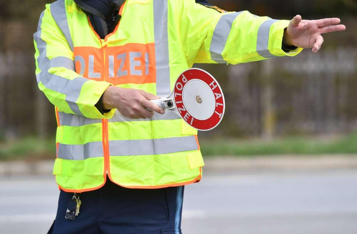 Wegen des Verdachts auf Straßenverkehrsgefährdung kontrollierte die Polizei einen Fahrer (Symbolfoto). Foto: imago images/Sven Simon/Frank Hoermann