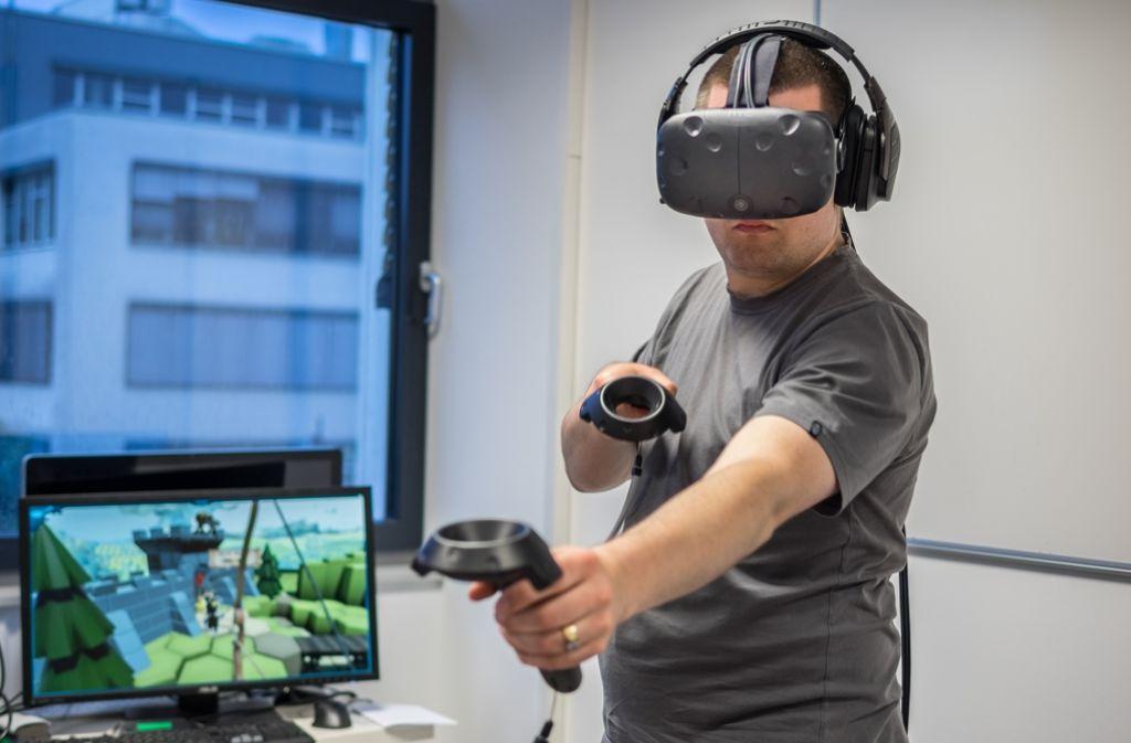 Beim virtuellen Bogenschießen achtet keiner auf die reale Umgebung. Foto: Till Schüssler