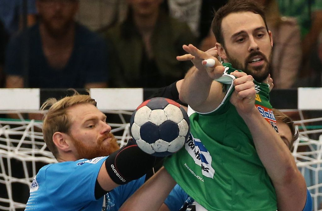 Manuel Späth (li., bei einer Abwehraktion gegen Göppingens Spielmacher Tim Kneule) ist einer der Spieler, die im Laufe ihrer Handballkariere für den TVB Stuttgart und für Frisch Auf aufliefen. Foto: Baumann